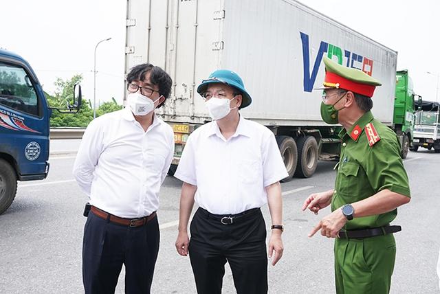 """Chủ tịch UBND TP Hà Nội thị sát đường Vành đai 3, chỉ đạo phương án thông xe """"luồng xanh"""" nhanh nhất - Ảnh 1."""